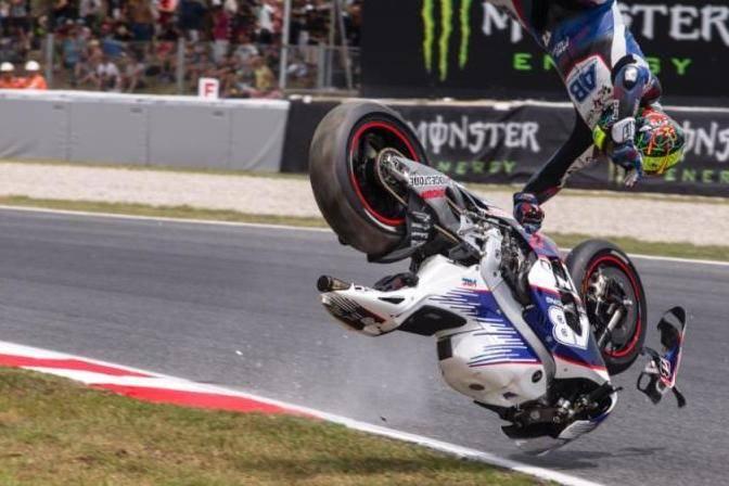 عکس/ سرنگونی وحشتناک موتور سوار در مسابقه