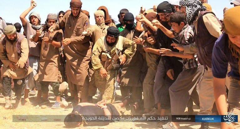 تصاویر/ داعش یک جوان عراقی را به طرز فجیعی اعدام کرد