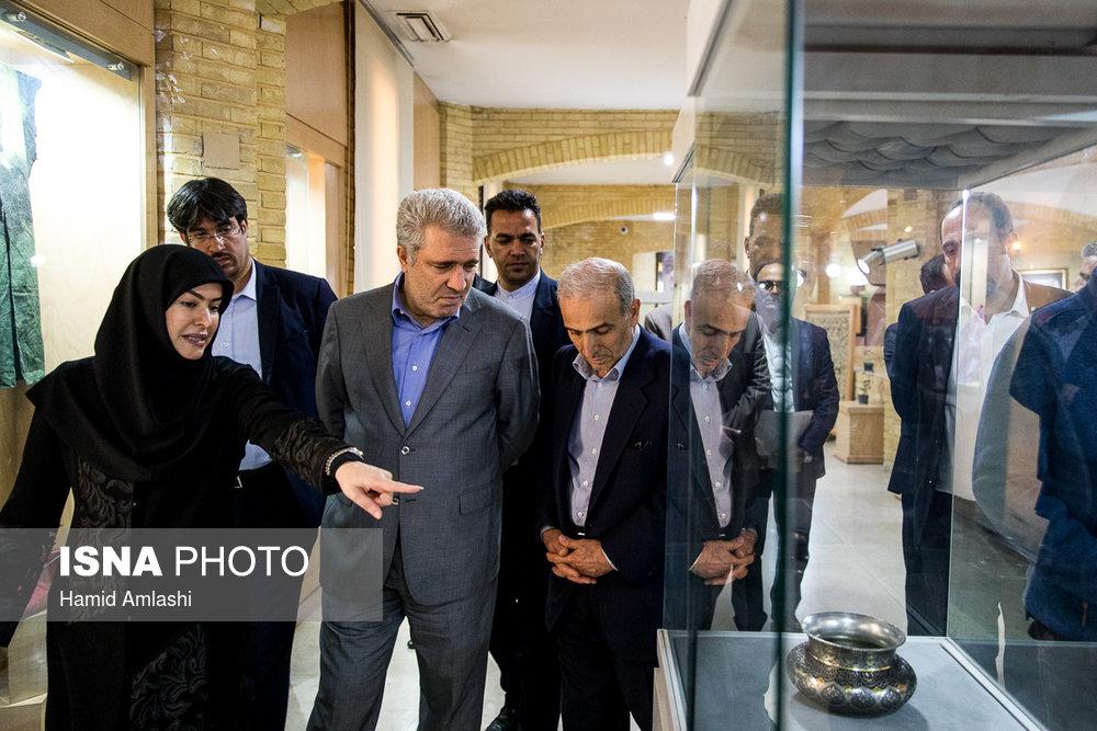 بازدید علی اصغر مونسان از نمایشگاه دایمی صنایع دستی در سازمان میراث فرهنگی و گردشگری