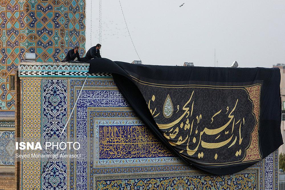 مراسم تعویض پرچم گنبد حرم رضوی در آغاز ماه محرم