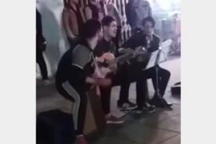 نوازنده خیابانی 17 ساله رشت: اگر میدانستیم شب شهادت است، ساز نمیزدیم