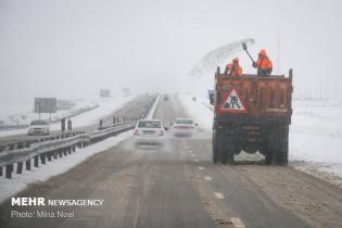 ترافیک در هراز و چالوس/ بارش برف در محورهای 10 استان کشور